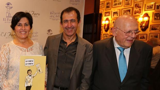 El patriarca de la saga, junto a dos de sus hijos durante el 50 aniversario de su célebre restaurante.