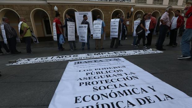 El colectivo de desempleados ha protagonizado una nueva protesta a las puertas del Ayuntamiento.