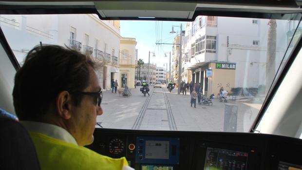 La calle Real se prepara para la llegada del tranvía a San Fernando