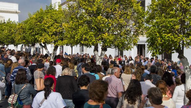 Concentración de repulsa en la plaza del Ayuntamiento de Olivares