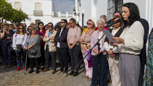 La edil de Igualdad de Olivares, María del Carmen Mateos, leyendo el polémico comunicado