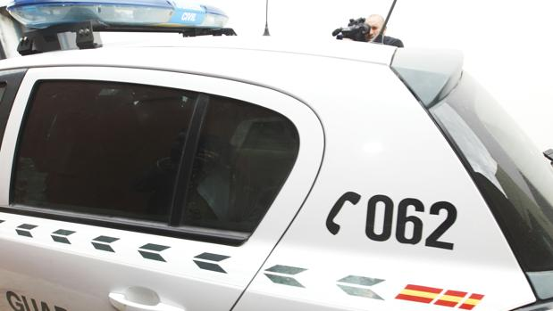 El detenido llega a los juzgados de Sanlúcar en este vehículo de la Guardia Civil