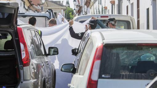 Los agentes tapan el cuerpo de la víctima con una sábana