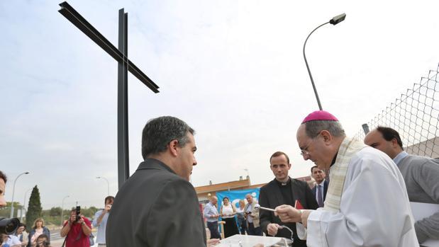 El arzobispo de Sevilla, bendiciendo las obras de la nueva parroquia de Montequinto