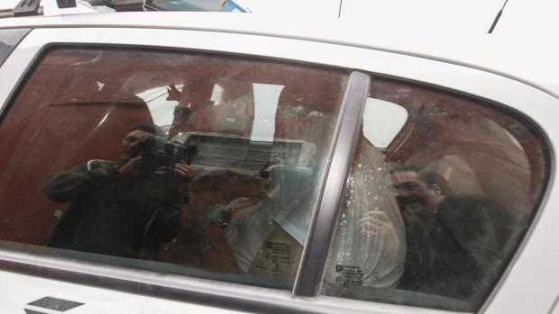 José Manuel oculta su rostro con una camiseta a la salida de los juzgados de Sanlúcar la Mayor