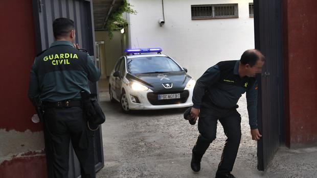 Dos guardias civiles entrando en los Juzgados de Sanlúcar la Mayor