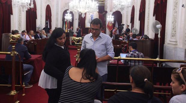 El alcalde muestra a las víctimas de violencia de género que ya ha dado orden para que les abonen la ayuda del 90%