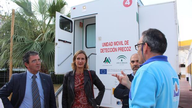 El consejero en la visita a la unidad móvil de Ubrique