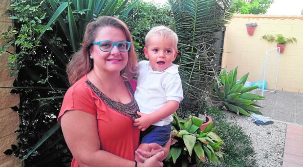 Román junto a su madre, Rocío del Valle Hernández