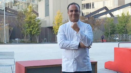 Ángel León posa en la Universidad de Harvard