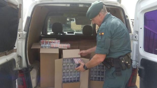 Detienen a un padre y su hijo por transportar en una furgoneta 4.000 cajetillas de tabaco de contrabando