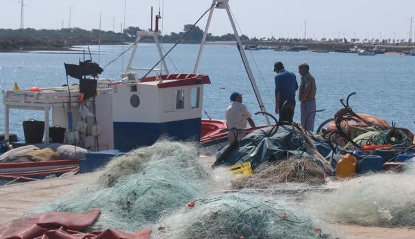 Rescatado con vida uno de los pescadores desaparecidos en el puerto de Sancti Petri