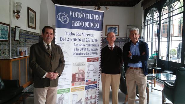 Manuel García, Antonio Navarro y José García junto al cartel del V Otoño Cultural