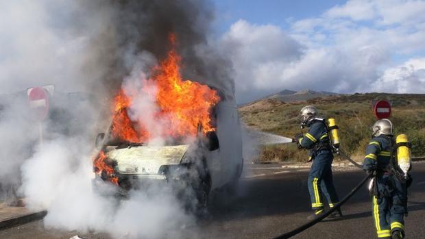 Los bomberos sofocan el fuego en una fugoneta incendiada hoy en Algeciras