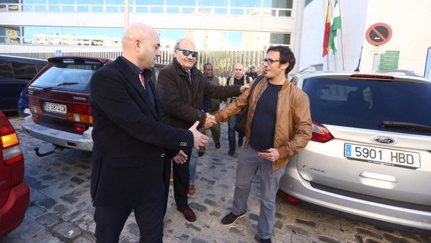 El alcalde gaditano estrecha la mano a los empresarios de chiringuitos