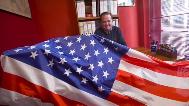 El empresario norteamericano afincado en El Puerto, Roger D. Fleming, en su despacho, donde sigue el proceso electoral de su país.