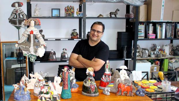 Joselu Domínguez con algunas de las piezas que vende en su tienda palaciega