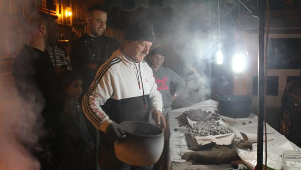Jesús Lineros en Morón de la Frontera atiende a unos clientes