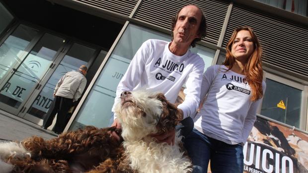 Los denunciantes, con uno de los perros que sacaron del centro