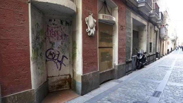 Excrementos de perros, pintadas y bancos rotos sacan a relucir el abandono municipal