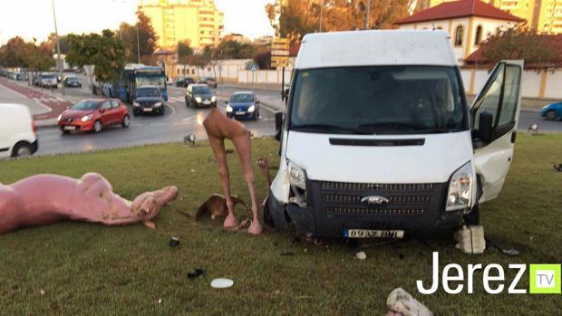 Una furgoneta choca con la rotonda de los caballos de colores de Jerez