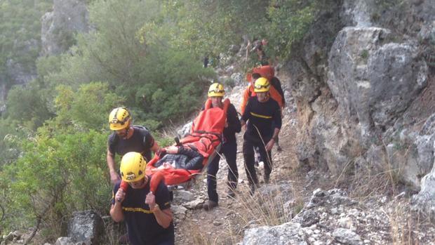 Bomberos auxilian a una mujer accidentada mientras practicaba senderismo en la Sierra de Grazalema