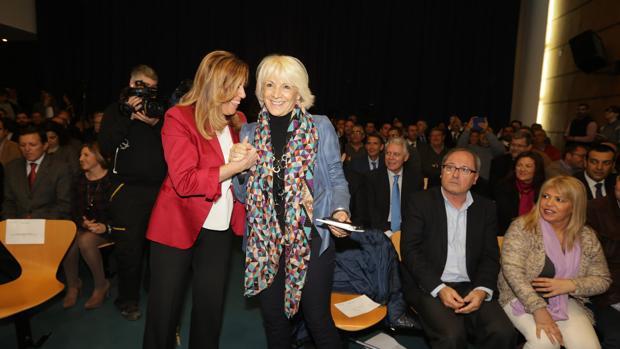 La presidenta andaluza y la exalcaldesa Teófila Martínez se saludan en un acto público celebrado en Cádiz en otoño de 2014.
