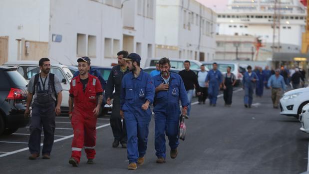Cuadrillas de trabajadores de la industria auxiliar salen de Navantia Cádiz