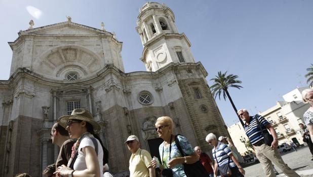Turistas paseando por Cádiz