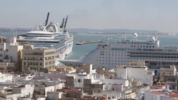 Cruceros atracados en el puerto de Cádiz