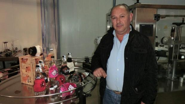 El empresario carmonense José Antonio Rodríguez en su fábrica visueña