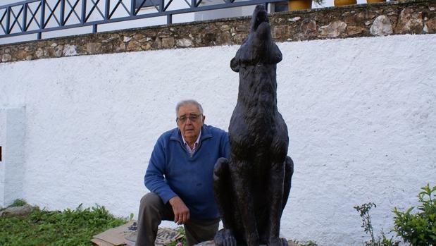 Jaime Mate con uno de sus lobos de hormigón