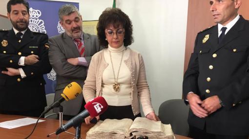 El jefe de la Comisaría de Écija ha entregado el manuscrito a la archivera municipal