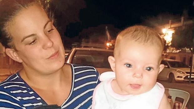 lLa pequeña Alexandra, de seis meses, junto a su madre
