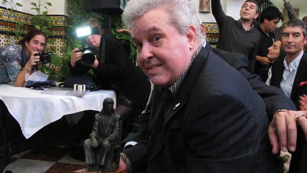 El cantaor lebrijano Curro Malena con el premio Leyenda del Flamenco