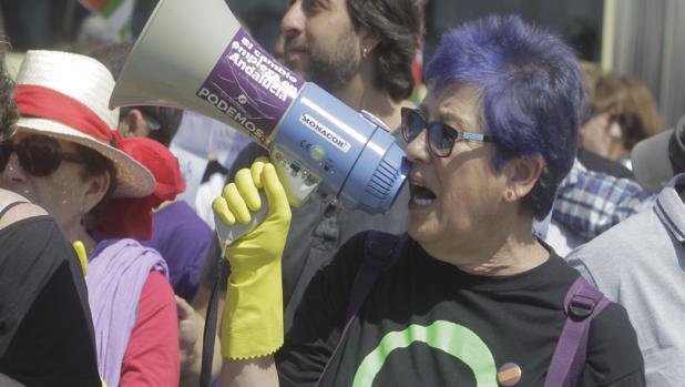 La concejal de Podemos responsable de Mujer, Ana Camelo, a la derecha.