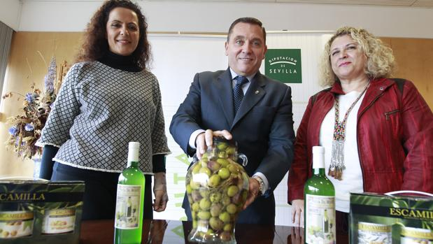 Angélica Ruiz y Carmen Arjona flanquean al alcalde de Umbrete, Joaquín Fernández Garrro