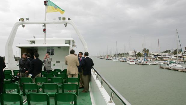 El levante obliga a suspender el servicio de catamarán