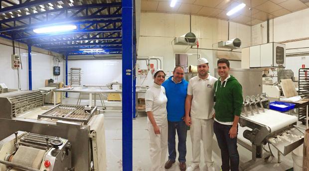 Loli Alba y Gonzalo Díaz, junto a sus hijos Alexis y Gonzalo, en el interior de la fábrica coriana