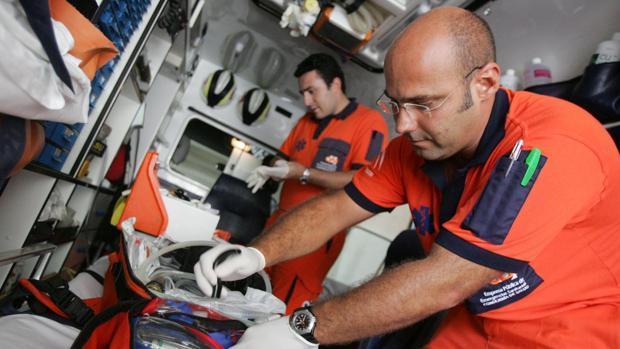 Dos profesionales atienden en el interior de una ambulancia