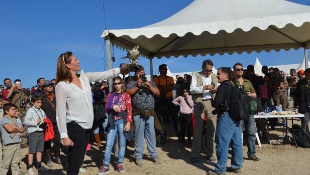 La alcaldesa de Osuna, Rosario Andújar, preparando el vuelo de honor en la pasada edición