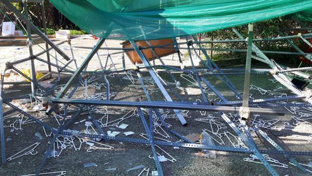 Estado en el que quedó el guardarropa de la fiesta tras su derrumbe sobre las seis de la madrugada