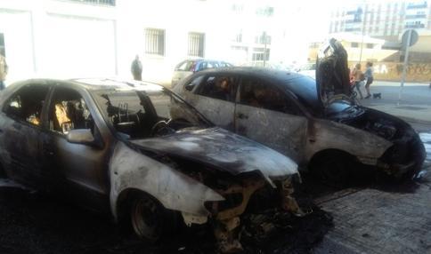 Dos de los coches que quemaron el día 22.