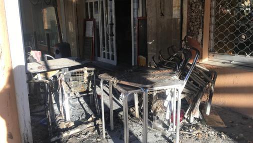 El mobiliario, completamente destrozado.
