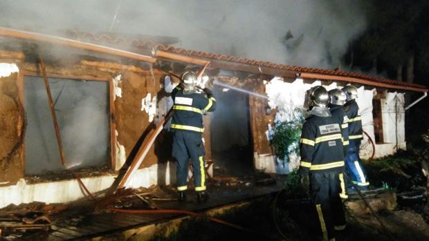 El fuego arrasa por completo una vivienda en La Muela