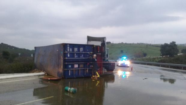 Un camión con 23.000 litros de aceite de girasol vuelca en la A 392 en Medina