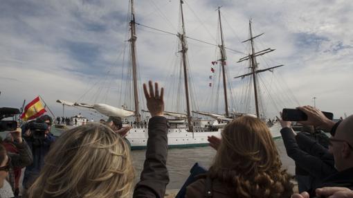 Los familiares de la tripulación son protagonistas de la salida del buque