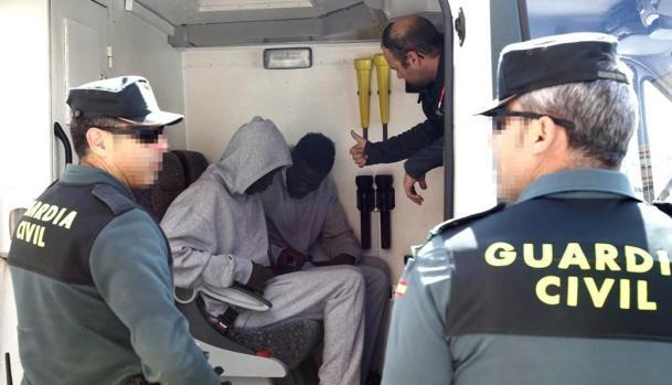 Rescatan ocho personas en una patera al suroeste de Tarifa