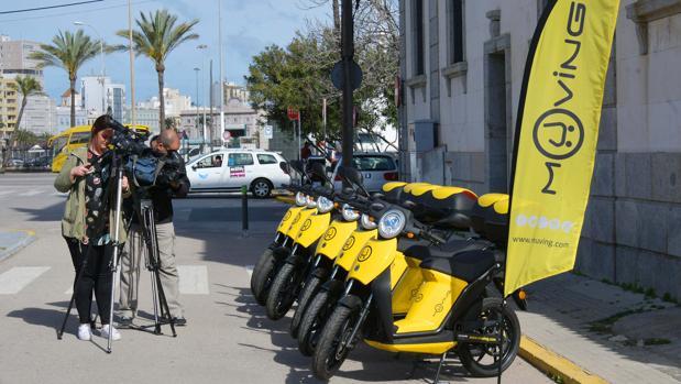 Presentación de las motos eléctricas junto al edificio de la Aduana.