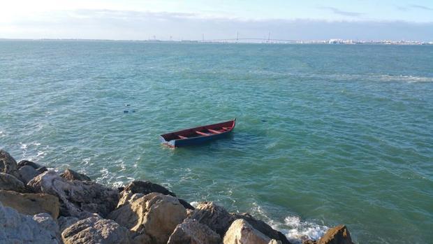 Imagen de una de las pateras interceptadas en la playa de la Muralla de El Puerto.